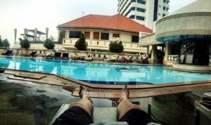 Bazén na střeše byl součástí ubytování v Pattaye