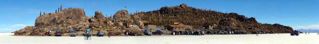 Ostrůvek Incahuasi uprostřed solné pláně