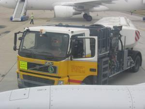 Plnící autocisterna před začátkem plnění na letišti Brno