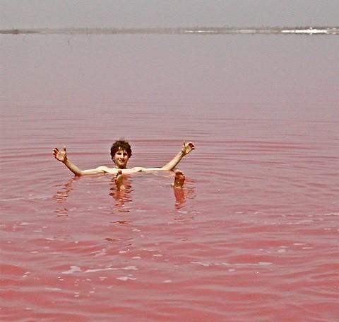 V jezeru Retba se dá koupat i bez plavání