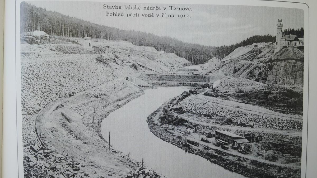 Stavba labské nádrže v Tešnově, pohled proti vodě v říjnu 1912.
