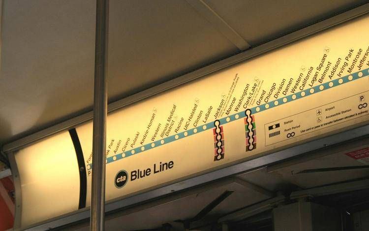 Modrá linka vedoucí z letiště O´Hare až do parku Millenium (zastávka Monroe)