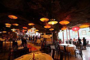 Interiér restaurace - dekorace stropu