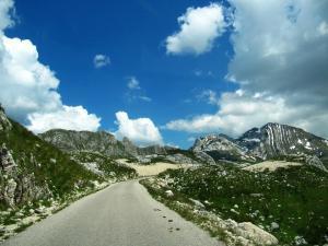 Silnice přes pohoří Durmitor a stejnojmenný národní park v Černé Hoře