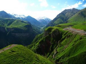 Hora Kazbek a klikatící se Gruzínská vojenská cesta