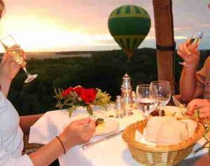 Večeře v balónu při západu slunce
