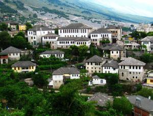 Domy s břidlicovými střechami ve městě Gjirokastra