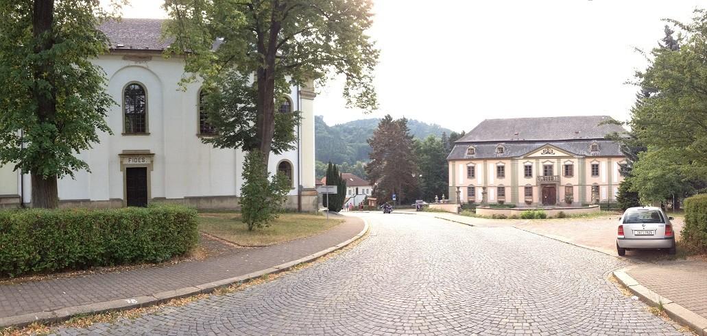 Zámek Potštejn naproti kostelu