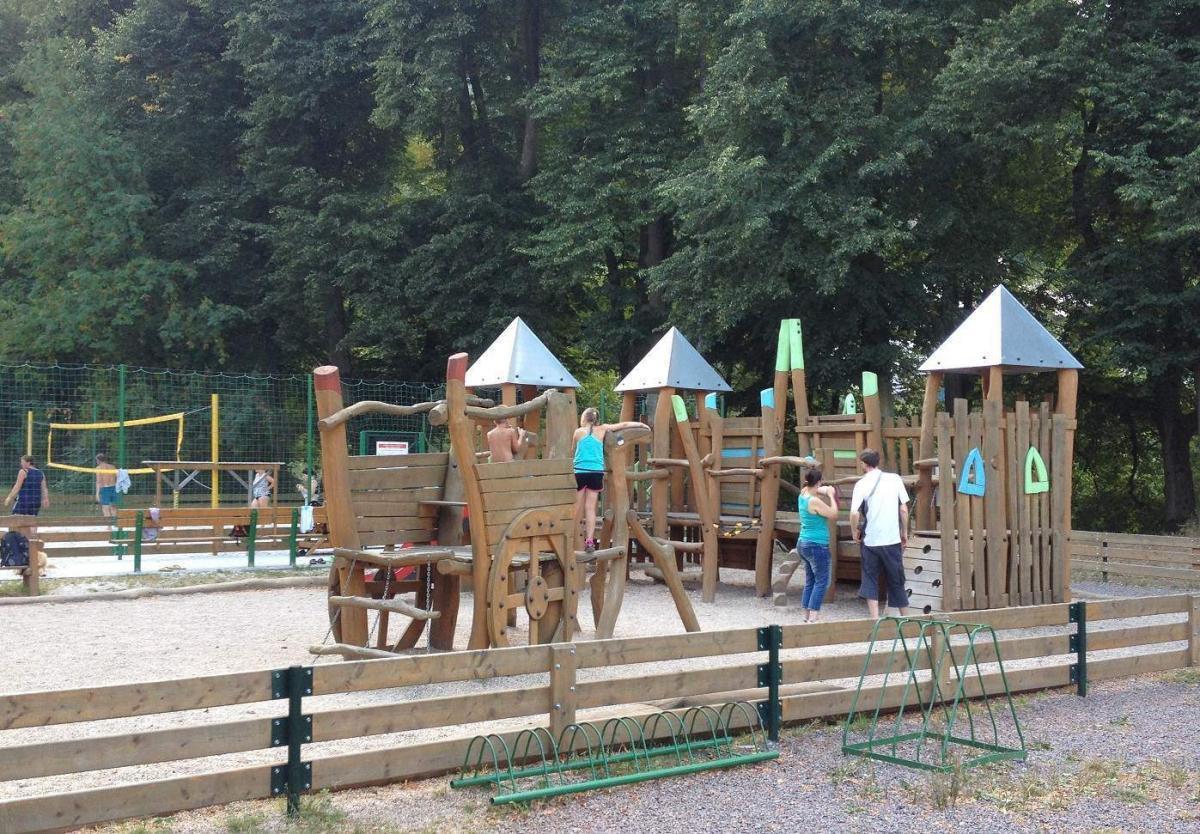 Hřiště pro děti vedle áleje