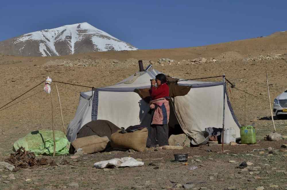 Nomádka dohlíží, zda nomádi ze sousední osady už vyrazili na pastvu. (Foto: Johana Krajčírová)