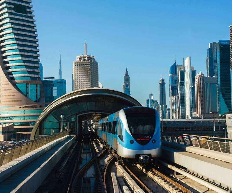 Dubajská nadzemka a v pozadí Burj Khalifa