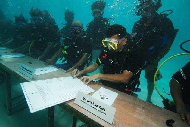 Zasedání kabinetu pod vodou na Maledivách