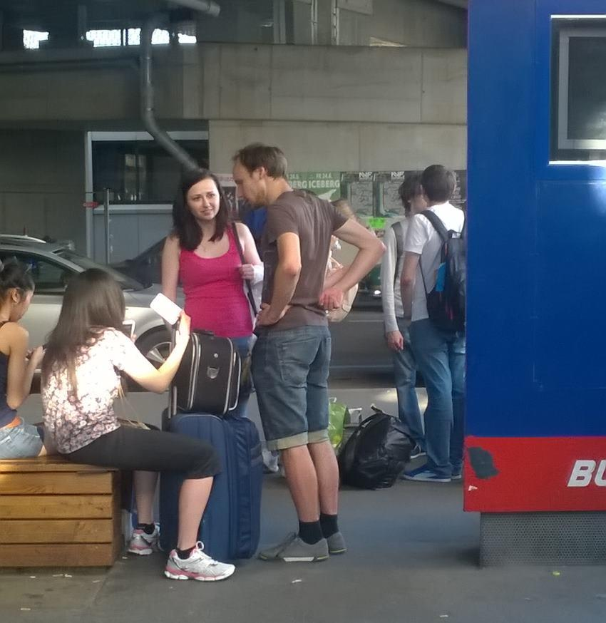Naši spolucestující marně čekají na autobus z Vídně do Prahy