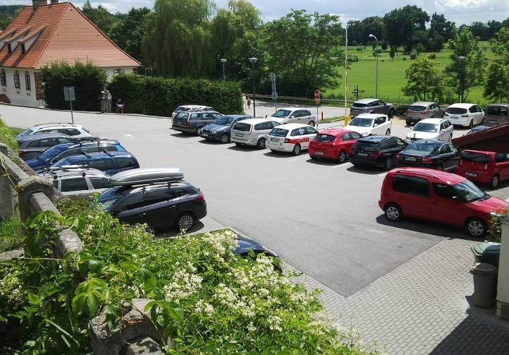 Nejbližší parkoviště u zámku bývá kolem 11 hodiny už plné