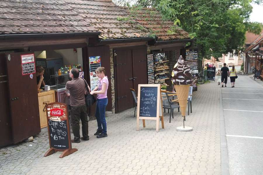 Stánky se zmrzlinou a občerstvením v Hluboké