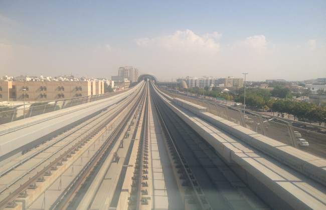 Výhled z metra v Dubaji bez řidiče