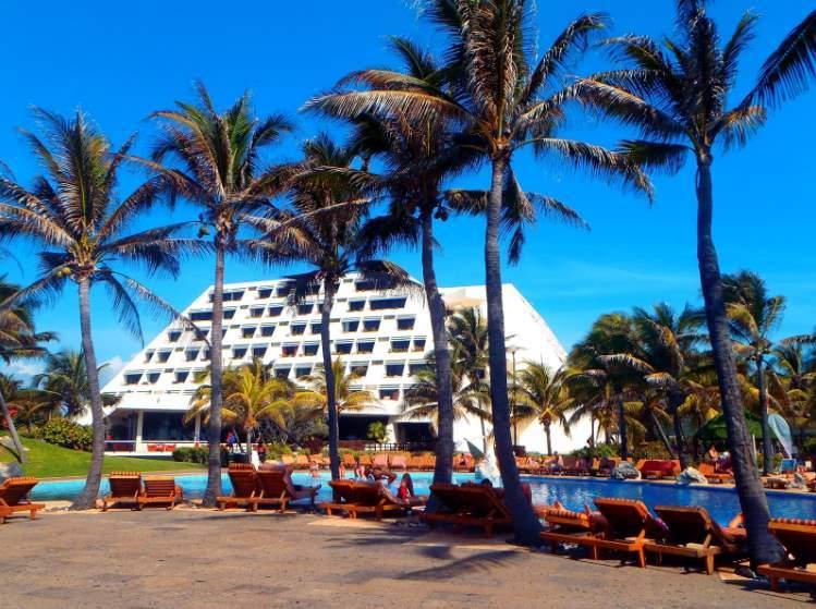 Pohled na hotel Grand Oasis z mého lehátka