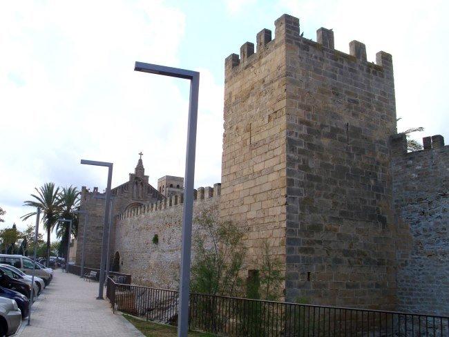 Hradby s kostelem svatého Jakuba v pozadí