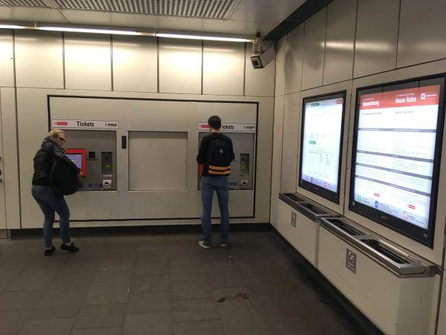 Automat u kterého si můžete koupit jízdenku u vstupu do metra