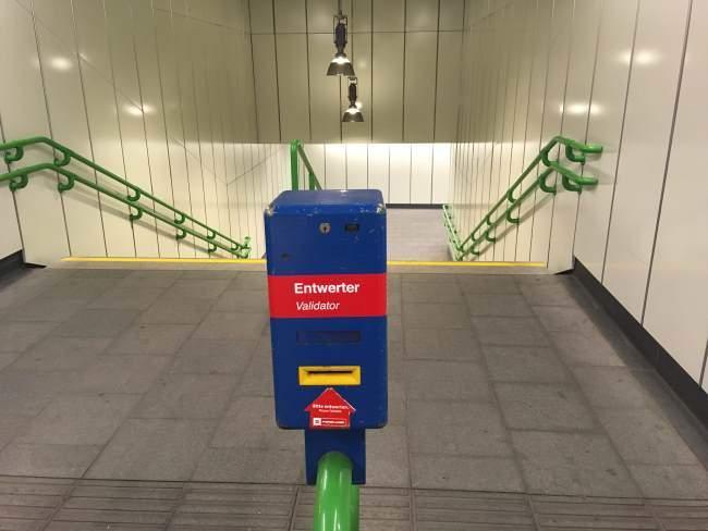 Označovač jízdenek při vstupu do metra