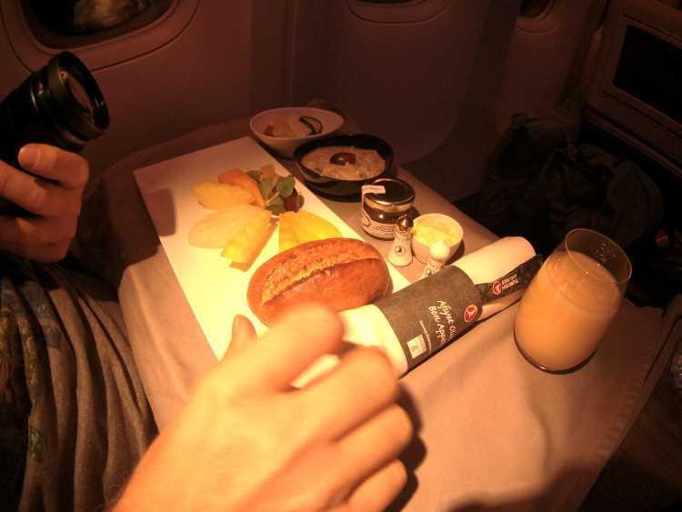 Snídaně na zpátečním letu do Turecka