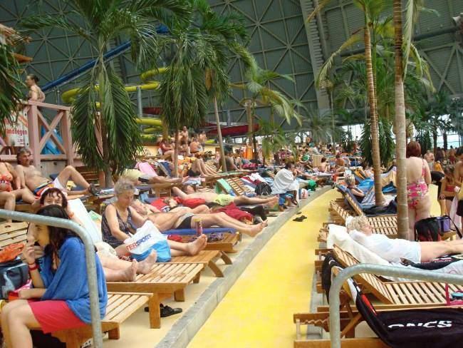 Lehátka u pláže Tropical Islands
