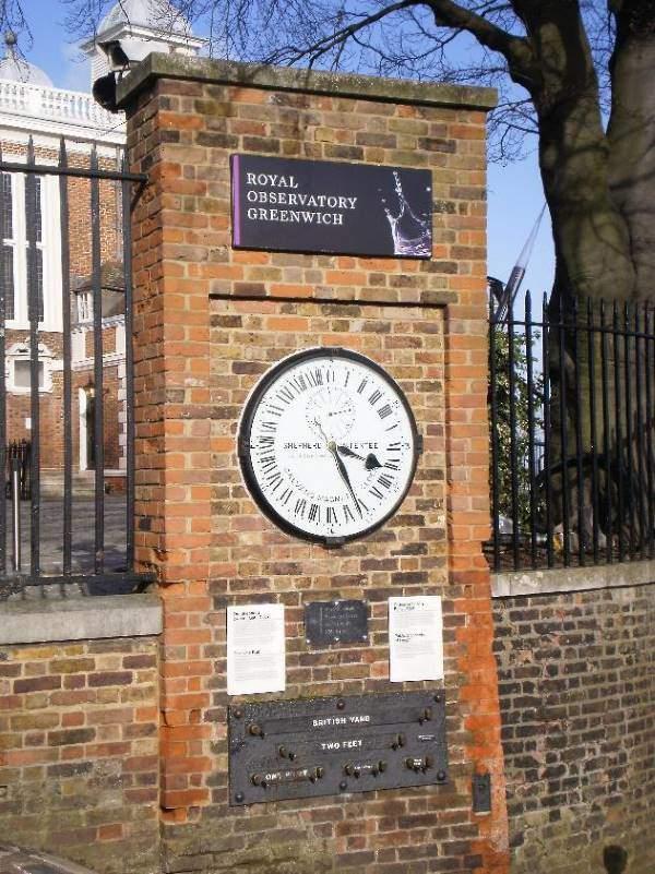 Hodiny u vstupu observatoře v Greenwich