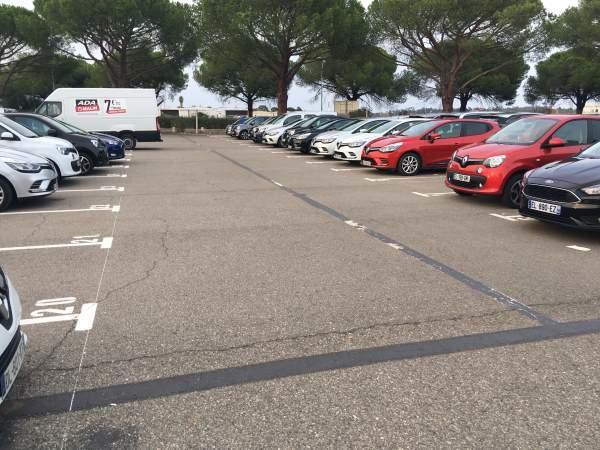 Každé auto má své předepsané parkovací místo
