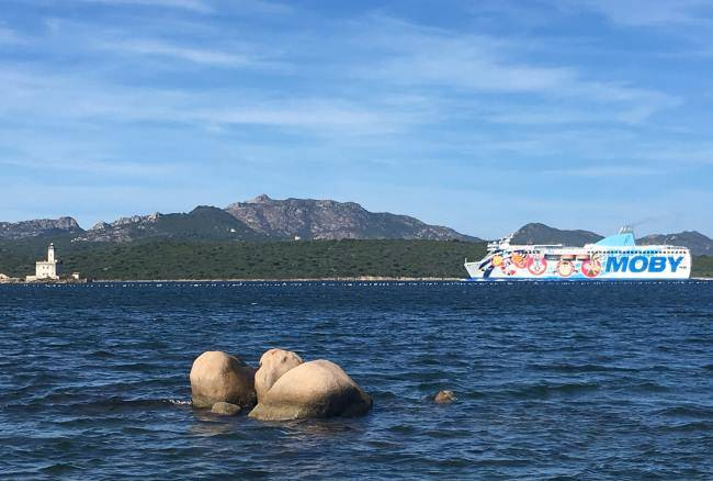 Trajekt společnosti Moby po plavbě z Janova do Olbie na Sardinii