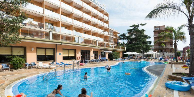 Hotelový bazén je hned vedle hotelu