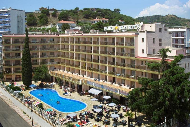 Okolí hotelu Bon Repos nejsou vysoké budovy, ale i dostatek zeleně