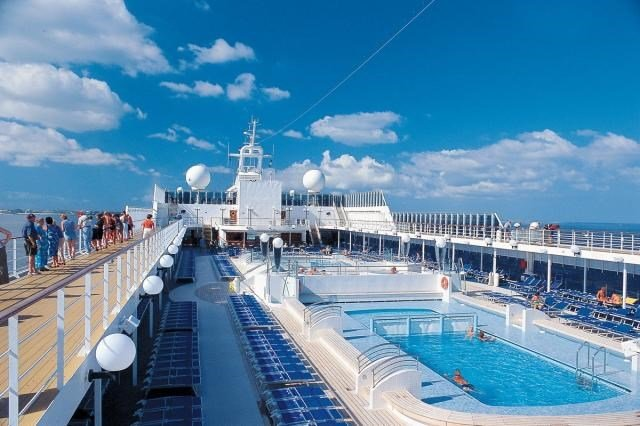 Horní paluba s bazénem na lodi Litrica