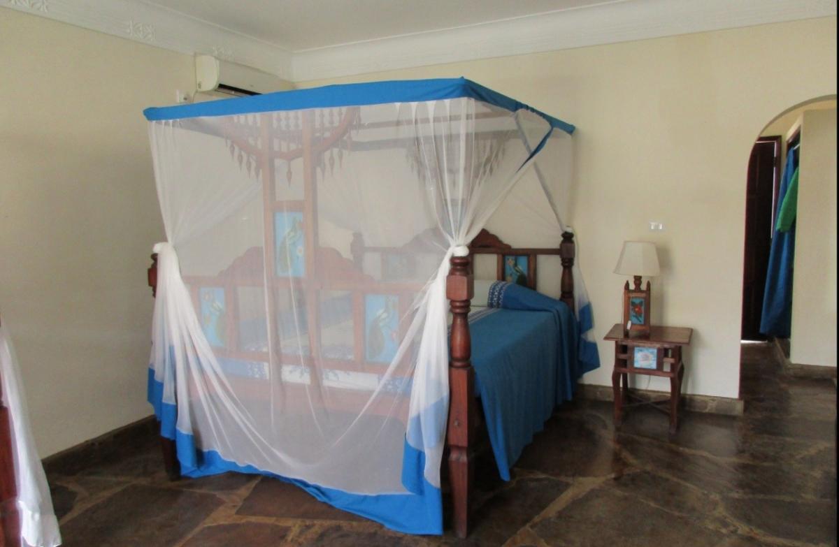 Postel s moskytiérou
