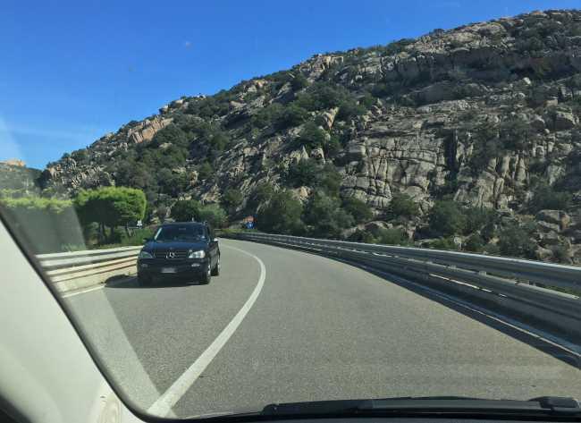 Jízda po silinicích na Sardinii je velmi pohodlnná