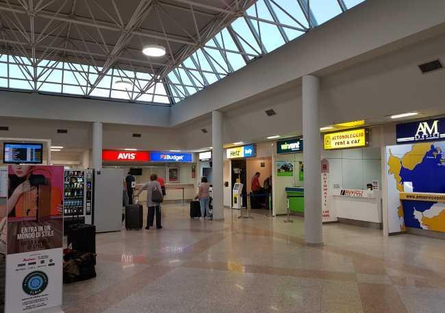 Terminálový dům u letiště Olbia na Sardinii - Avis, Budget, Hertz
