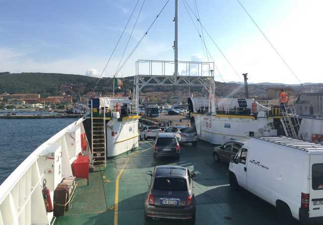 Výjezd aut z trajektu mezi ostrovem La Maddalena a Palau
