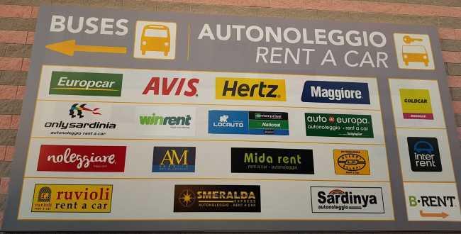 V terminálovém domě autopůjčoven na Sardinii je mnoho společností