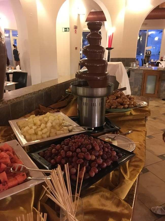 Čokoládová fontána na večeři, hotel Iberostar Club Boa Vista, Kapverdy