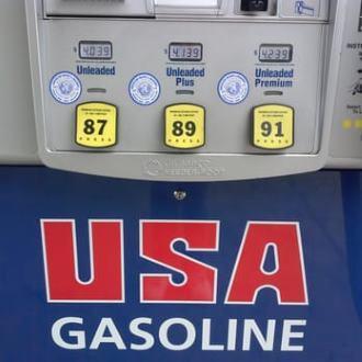 Levný benzín Obyčejný benzín Prémiový benzín Nafta (diesel) Ceny benzínu v Texasu 15,08Kč 16,10Kč 16,96Kč 18,57Kč Ceny benzínu na Floridě 16,27Kč 17,53Kč 18,46Kč 19,48Kč Ceny benzínu v Nevadě 17,13Kč 17,74Kč 18,28Kč 19,47Kč Ceny benzínu v New York 17,98Kč 19,01Kč 19,80Kč 20,91Kč Ceny benzínu v Kalifornii 18,46Kč 18,96Kč 19,46Kč 20,69Kč