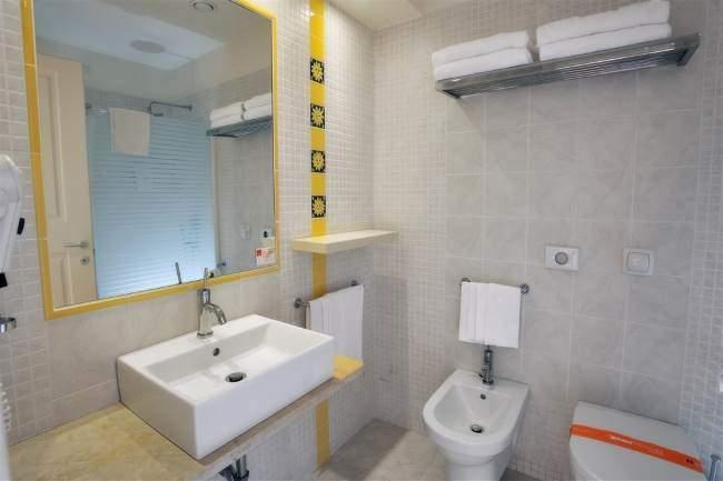 Koupelna je nová a světlá