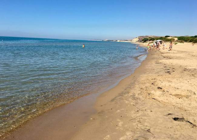 Pláž s čistou vodou a pískem ihned u hotelu