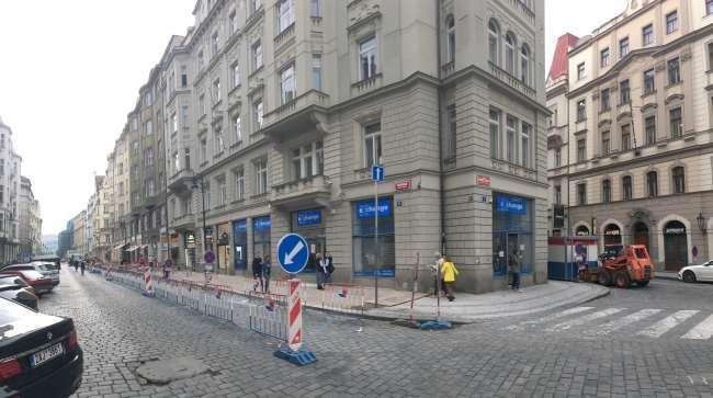 Směnárna v ulici kaprova má dva vchody