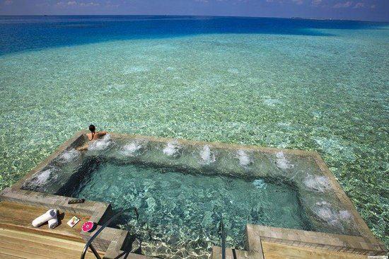 Bazén v moři na Maledivách panorama