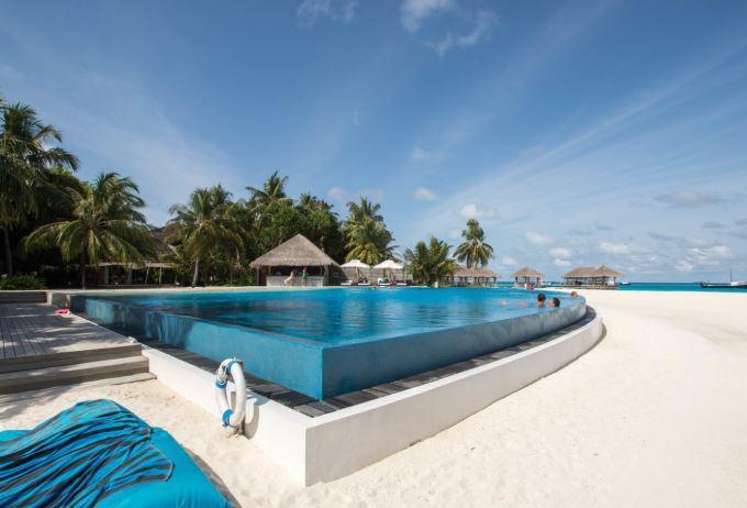 Další krásný bazén v totožném hotelu na Maledivách