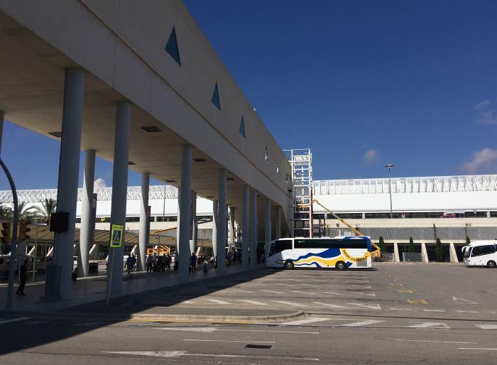 Garáže autopůjčoven přímo naproti terminálu letiště Palma de Mallorca