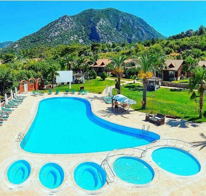Hotel s bazénem ve tvaru nohy Turecko