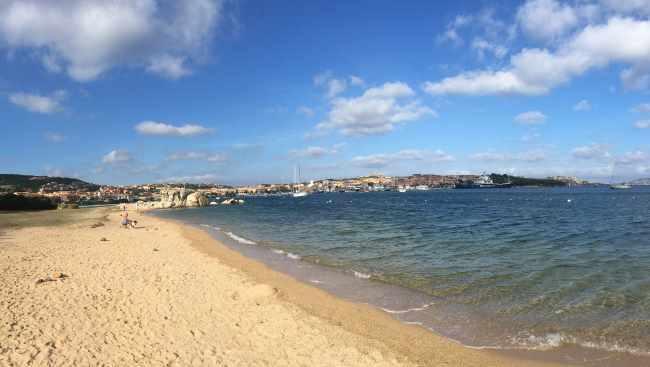 Městská pláž přímo v Palau v severní Sardinii