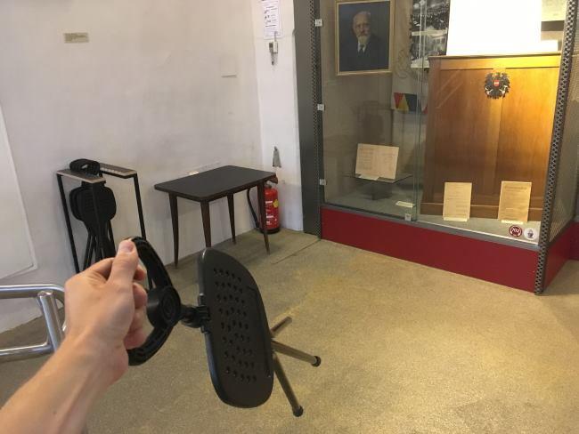 Na začátku si můžete vzít židličku a u expozice při čtení sedět