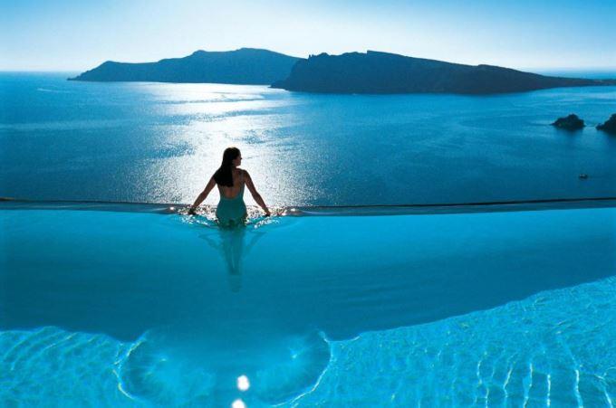 Překrásný bazén v hotelu na Santorini