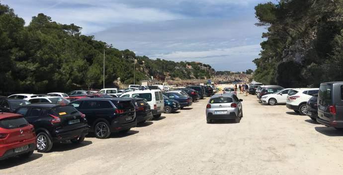 Pláž Cala Lombars na Mallorce parkoviště bylo už jedenáct hodin plné